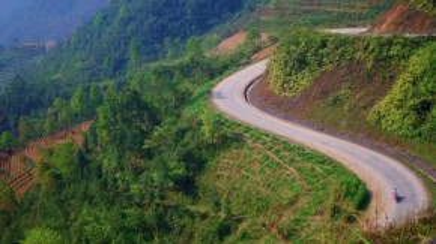 Một khúc cua vừa dốc hẹp vừa quanh co nguy hiểm ở Hà Giang. Ảnh: Hương Chi