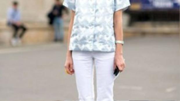 Chiếc quần denim trắng ống loe chính là món đồ thời trang được săn đón nhiều nhất cho street style Thu Đông năm nay.