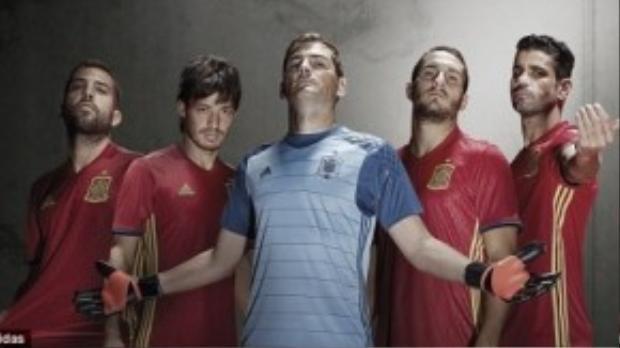 Jordi Alba, David Silva, Iker Casillas, Koke và Diego Costa được chọn làm gương mặt đại diện giới thiệu áo thi đấu mới cho ĐT Tây Ban Nha.