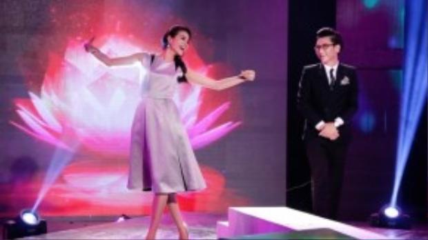 Trong buổi ghi hình, hoa hậu Phạm Hương dành tặng cho fan hâm mộ của mình theo dõi trực tiếp tại trường quay khi thể hiện rất ấn tượng ca khúc Chờ người nơi ấy.