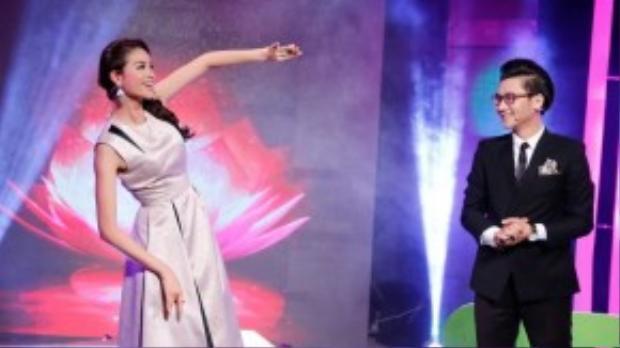 Với sự tự tin, giọng ca ngọt ngào và giàu cảm xúc, hoa hậu Phạm Hương lập tức ghi điểm với fan hâm mộ và khiếnMC Công Tố hết sức bất ngờ.