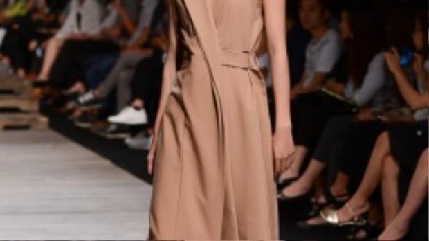 Sau khi trở thành quán quân Vietnam's Next Top Model 2015, hình ảnh Hương Ly xuất hiện dày đặc tại các sàn diễn thời trang.
