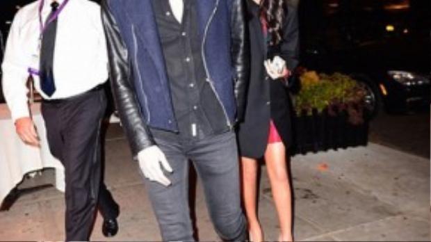 Khi ra về, Selena được bạn trai tháp tùng.