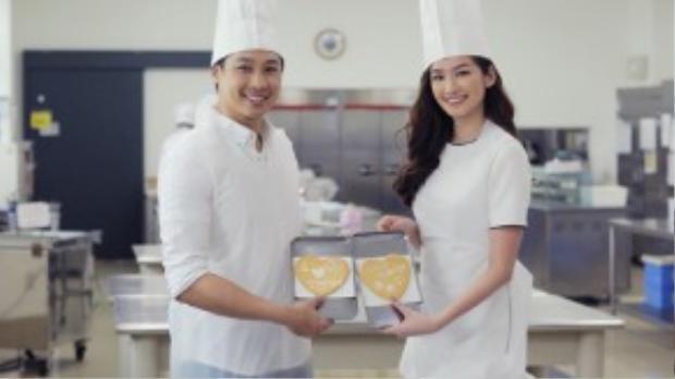 Trước khi ra về, cặp đôi đặt mua chocolate Shiroi Koibito với hình của hai vợ chồng được in trên hộp.