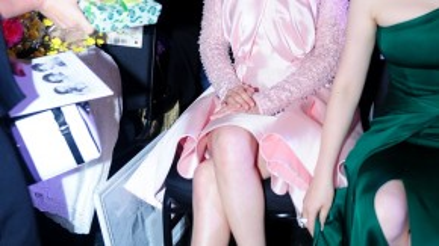 Nữ diễn viên TVB nữ tính hơn với chiếc váy hồng so với lúc sáng ở sân bay.
