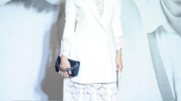 Người mẫu Thái Hà chọn chiếc đầm ren trắng cùng tông với áo vest. Tuy nhiên, cô mất điểm bởi lối trang điểm khiến khuôn mặt già đi.