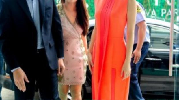 Xa Thi Mạn diện váy cam khoe vẻ trẻ trung mặc dù đã ở độ tuổi 40.