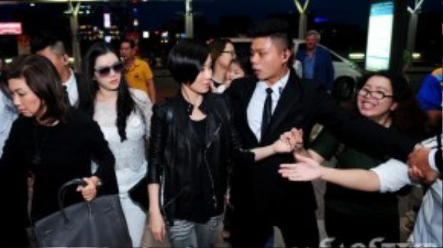 Fan hâm mộ tranh thủ nắm tay thần tượng trong những giây phút cuối cùng Xa Thi Mạn còn ở trên đất nước Việt Nam.