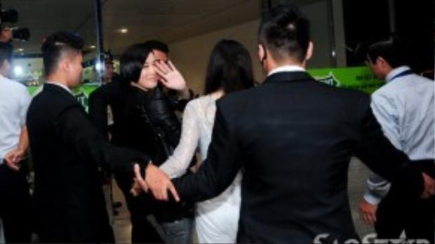 Xa Thi Mạn thân mặt vẫy tay chào fan Việt trước khi lên máy bay.