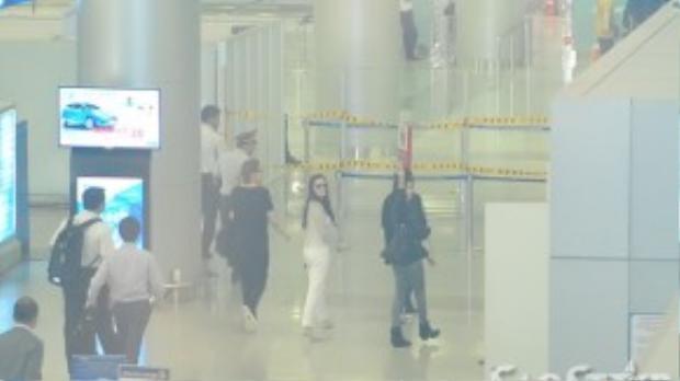 Vẫy tay chào tạm biệt. Fan hy vọng nữ Hoa đán TVB sẽ tiếp tục quay lại Việt Nam.