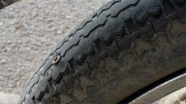 Xe Quỳnh không may cán phải đinh và bị thủng lốp.