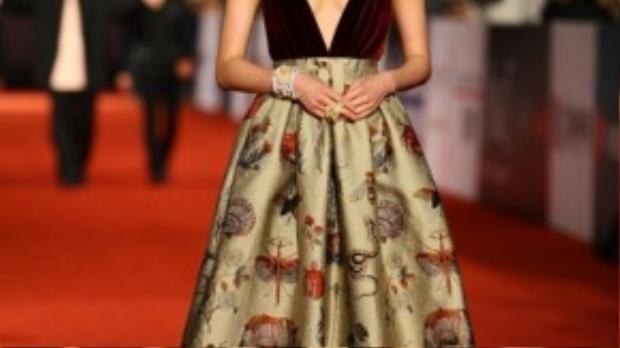 Cũng không ít lần, Thư Kỳ khiến thảm đỏ xuyến xao bởi gu thời trang gợi cảm và vẫn tinh tế. Trong ảnh là Thư Kỳ tại lễ trao giải Kim Mã lần thứ 50 với bộ váy tím bằng gấm, kết hoa đẹp.