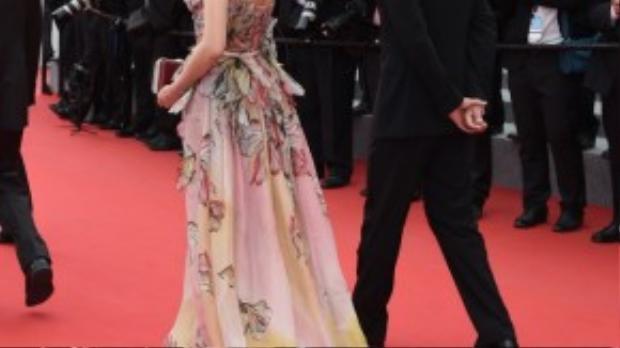 Tại Cannes lần thứ 68, Thư Kỳ nổi bật với bộ váy khoét lưng trần.