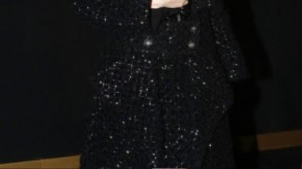 Thư Kỳ hiếm khi mặc trang phục màu đen. Nhưng khi tham dự sự kiện trang sức, cô sẵn sàng mặc váy đen để tôn vẻ cao sang của trang sức.