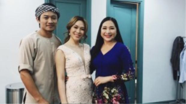 Mỹ Tâm thân thiện chụp ảnh lưu niệm cùng MC Quỳnh Hương và diễn viên Quý Bình.