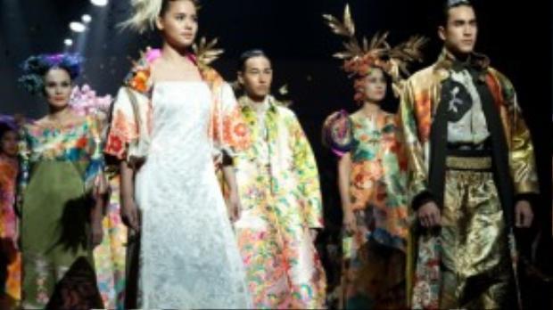 BTS này lấy ý tưởng từ những trang phục truyền thống. Sự kết hợp giữa các họa tiết cách điệu tinh tế và thần thái của dàn người mẫu mang lại ấn tượng khó phai với dàn khách mời.