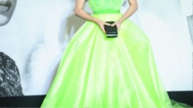 Hoa khôi Đồng bằng sông Cửu Long Nam Em mặc chiếc váy ballroom màu sến súa một sự kiện thời trangvừa qua.Sự đồ sộ của chiếc váy sẽ khó phù hợpvớikhông gian hạn chế của hàng ghế khách mời trong show diễn thời trang.