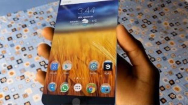 """Scavids đã sáng tạo ra thiết kế iPhone 7 này, với độ mỏng ấn tượng, không có viền màn hình khiến mọi người suy nghĩ đến các thiết bị """"siêu đẳng"""" trong các bộ phim viễn tưởng. Tuy nhiên, thiết kế đã bị bắt lỗi vì sử dụng hệ điều hành Android của Google."""
