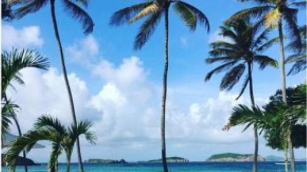 Một trong những điểm đến yêu thích của cô là Mustique - hòn đảo nằm ở Saint Vincent & Grenadines hay Singapore.