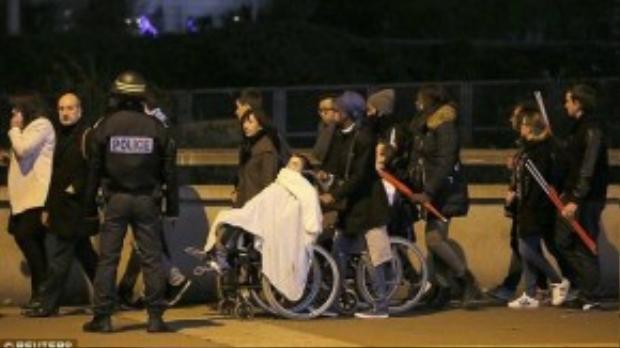 Cảnh sát hộ tống mọi người ra khỏi nơi nguy hiểm