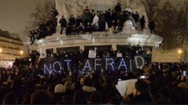 Người dân Pháp đồng loạt truyền thông điệp Không lo sợ