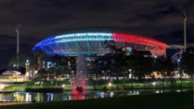 Sân vận động Adelaide oval, Australia tỏa sáng một vùng trời màu cờ Pháp.