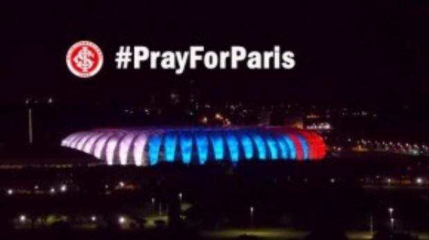 Sân vận động Beira-Rio tại Brazil bật sáng 3 màu quốc kỳ Pháp. Tất cả cùng nhau bày tỏ sự tiếc thương tới những người thiệt mạng trong các vụ khủng bố tại Paris.