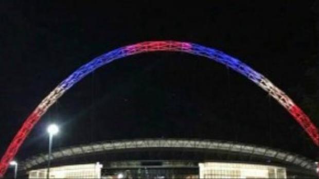 Tại London, vòm của sân vận động Wembley Stadium cũng được đổi thành 3 màu xanh, trắng, đỏ.