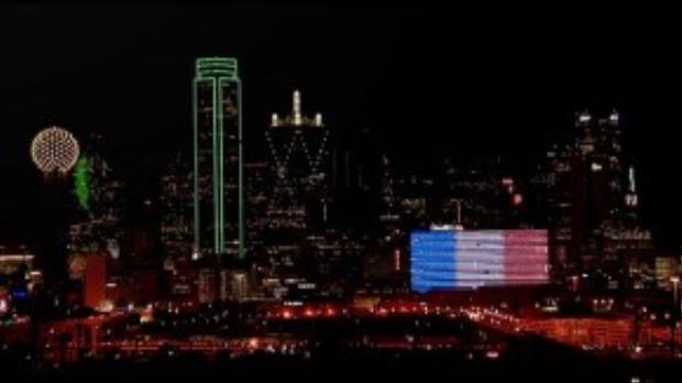Khách sạn Omni tại Dallas dùng đèn led bao phủ màu quốc kỳ Pháp bên ngoài tòa nhà.