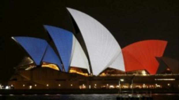Tại thành phố Sydney, toàn bộ phần mái vòm màu trắng của Nhà hát con sò nổi tiếng đã được phủ hình cờ nước Pháp bằng hiệu ứng ánh sáng.