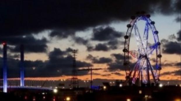 Tại thành phố Melbourne, vòng đu quay khổng lồ Brisbane ở trung tâm thành phố cũng được thắp sáng bằng ba màu đỏ, trắng và xanh.