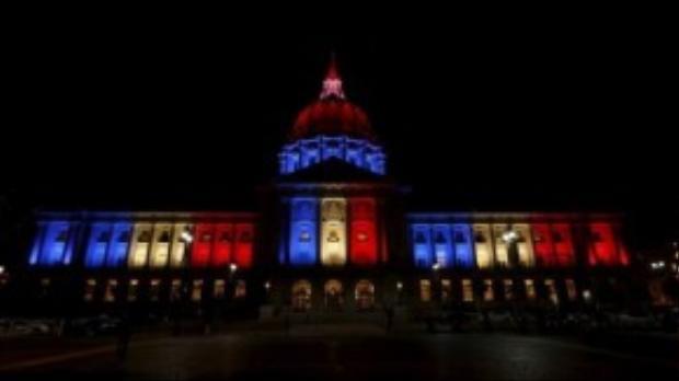 Tòa thị chính San Francisco sáng rực màu cờ Pháp.