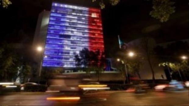Tòa nhà Senate, thành phố Mexico hòa chung các địa điểm khác thắp sáng ba màu xanh, trắng, đỏ quen thuộc.