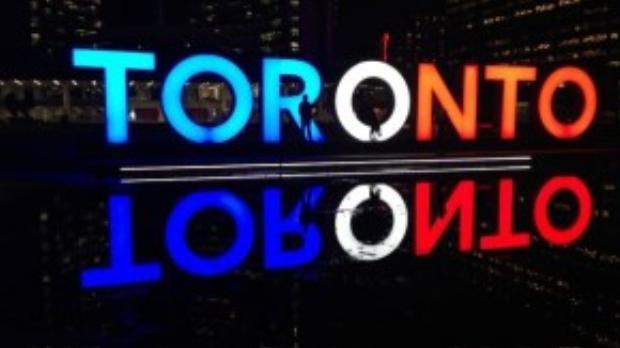 Thành phố Toronto, Canada đồng loạt tắt đèn để đồng cảm với người dân nước Pháp.