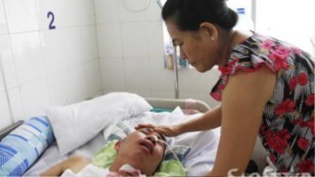 Bà Lan đang chăm sóc cho bệnh nhân của mình.