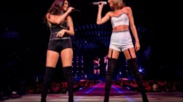Selena mặc bộ swimsuit đen đính kim loại, ôm sát lấy cơ thể. Selena kết hợp swimsuit với đôi bốt cao quá gối.