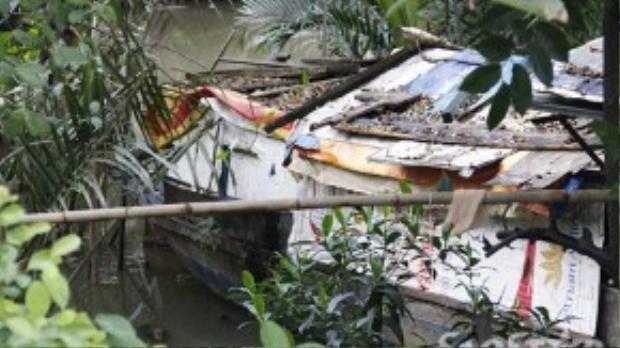 Chiếc ghe cũ kĩ không có điện, nước, đầy rắn rít và muỗi giữa dòng nước bẩn.