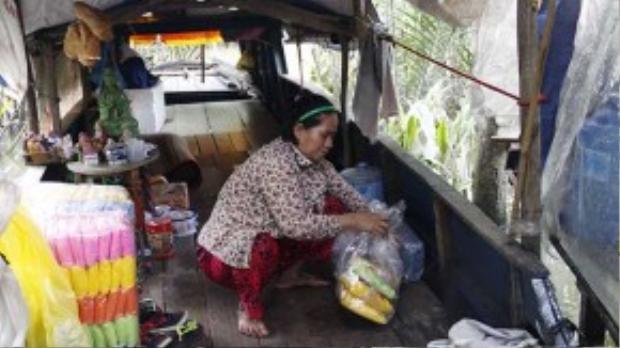 Nhiều năm nay bà Vĩnh mua một sống đồ như áo mưa, xăng và nước ngọt đêm lên đường bán để phụ chồng kiếm thêm thu nhập.
