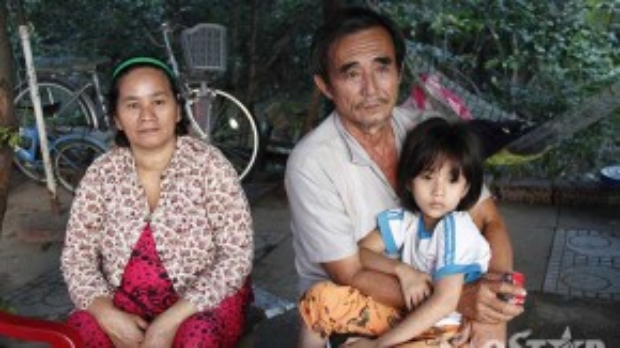 Gia đình nhỏ quây quần bên nhau khi mỗi buổi chiều ông đi bán vé số về.