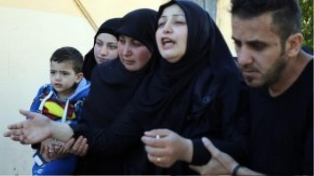 Gia đình than khóc cho những người con Beirut vô tội tử nạn trong cuộc đánh bom kép đẫm máu tại thủ đô của Lebanon ngày 12/11 vừa qua, chỉ trước khi xảy ra vụ tấn công Paris 1 ngày. Thế nhưng tin tức về thảm kịch tại Beirut lại chẳng được dư luận chú ý.