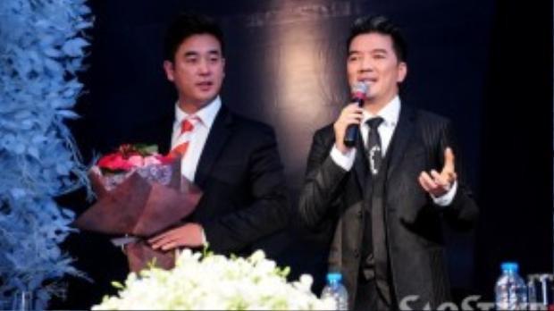 Ca sĩ Đàm Vĩnh Hưng và đại diện BTC giải thưởng Ngôi sao châu Á 2015 trong buổi gặp gỡ truyền thông.
