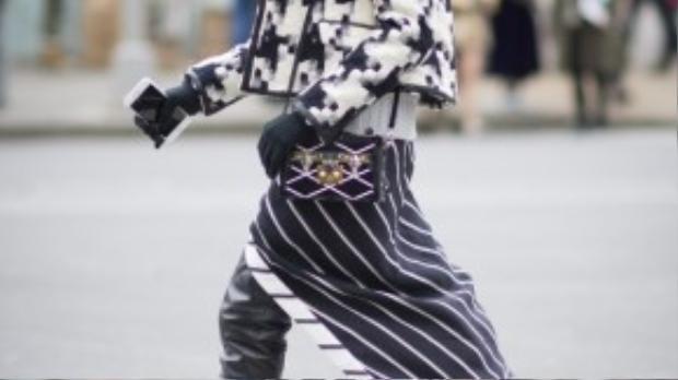 Chiếc áo họa tiết pixel cùng váy kẻ sọc dọc ấn tượng trên đường phố bởi sự kết hợp độc đáo, mới lạ, không gây loạn thị giác.