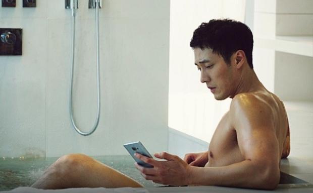 Phát sốt với màn cởi trần khoe thân của So Ji Sub
