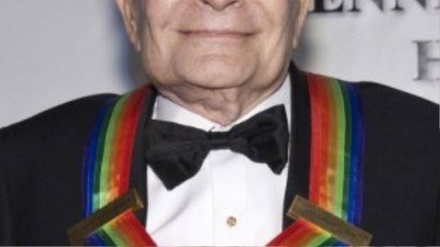 Nhà viết nhạc kịch Broadway 84 tuổi Jerry Herman bị chẩn đoán nhiễm HIV năm 1985. Nhờ điều trị tích cực, ông là người hiếm hoi vẫn duy trì sức khỏe ổn định gần 30 năm nay. Năm 2009, Jerry Herman được trao giải Tony Thành tựu trọn đời vì những cống hiến cho sân khấu Broadway.
