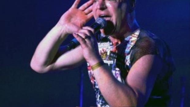 """Ca sĩ Andy Bell của nhóm Erasure đã chiến đấu với căn bệnh thế kỷ từ 25 năm nay. Andy còn là một trong những nghệ sĩ sớm công khai thuộc giới tính thứ ba. HIV khiến cuộc sống vốn di chuyển nhiều nơi của nam ca sĩ đảo lộn. """"Bạn phải đảm bảo uống đầy đủ thuốc, đặc biệt khi đi tour"""" - Andy nói."""