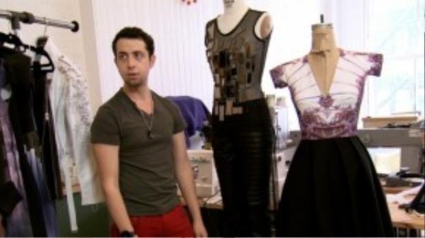 """Nhà thiết kế thời trang Viktor Luna thông báo nhiễm HIV tại chương trình Project Runway: All Stars năm 2013. Vào thời điểm đó, Viktor mắc HIV được 7 năm. Chia sẻ về cảm nghĩ khi phát hiện nhiễm căn bệnh thế kỷ, Viktor nói: """"Kinh hoàng, xấu hổ, cô độc, nhục nhã. Mỗi sáng thức dậy tôi đều khóc và sợ rằng cái chết đang đến gần mình""""."""