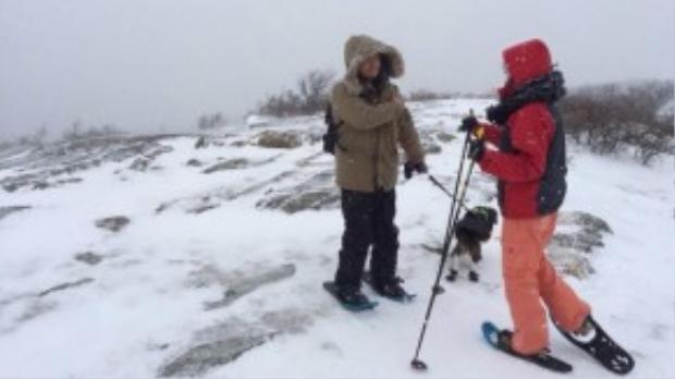 Tuyết Lan và bạn trai cùng nhau tận hưởng cảm giác mạnh khi trượt tuyết.