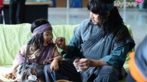 Song Il Guk chăm chút cho các con.