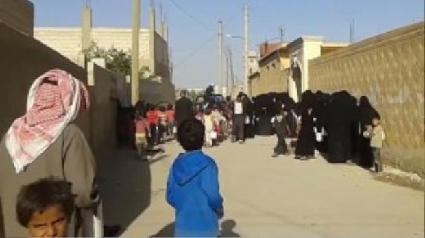 Đối lập với hình ảnh này là hàng dài lũ trẻ và phụ nữ quấn khăn đen đứng xếp hàng dài cả ngày dưới nắng nóng để chờ đồ ăn. Bằng chứng này chắc chắn đã hạ màn những chiêu trò PR của IS.