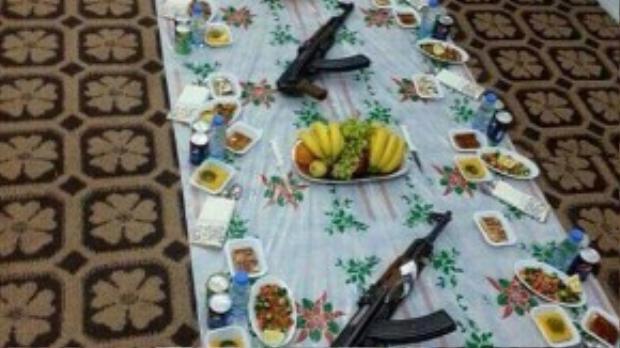 Ngay trong ngày lễ Ramadan linh thiêng của những người theo đạo Hồi, bức ảnh được một lãnh đạo nhóm chiến binh IS đăng tải lên Facebook cảnh ăn uống linh đình với đĩa bạc chất đầy trái cây tươi ngon và những chiếc nĩa sáng loáng gói trong khăn ăn bày bên cạnh khẩu súng trường.